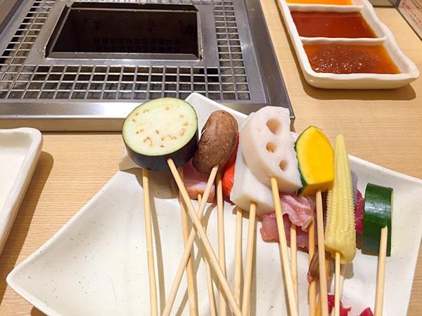 ビュッフェ形式でお肉だけでなく野菜の具材を自由に撮ることが可能です。