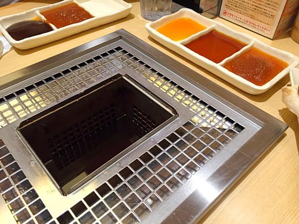 テーブルの上には串揚げ用の油が用意されています。