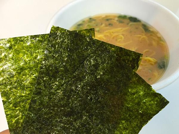 日清「横浜家系ラーメン」大きな海苔3枚