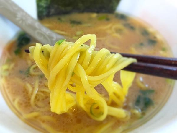 日清「横浜家系ラーメン」モチっとした麺