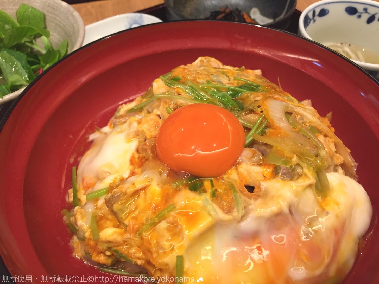 「親子丼定食(1500円)」親子丼の他に小鉢・サラダ・鶏のスープ・香の物が付いてきます。