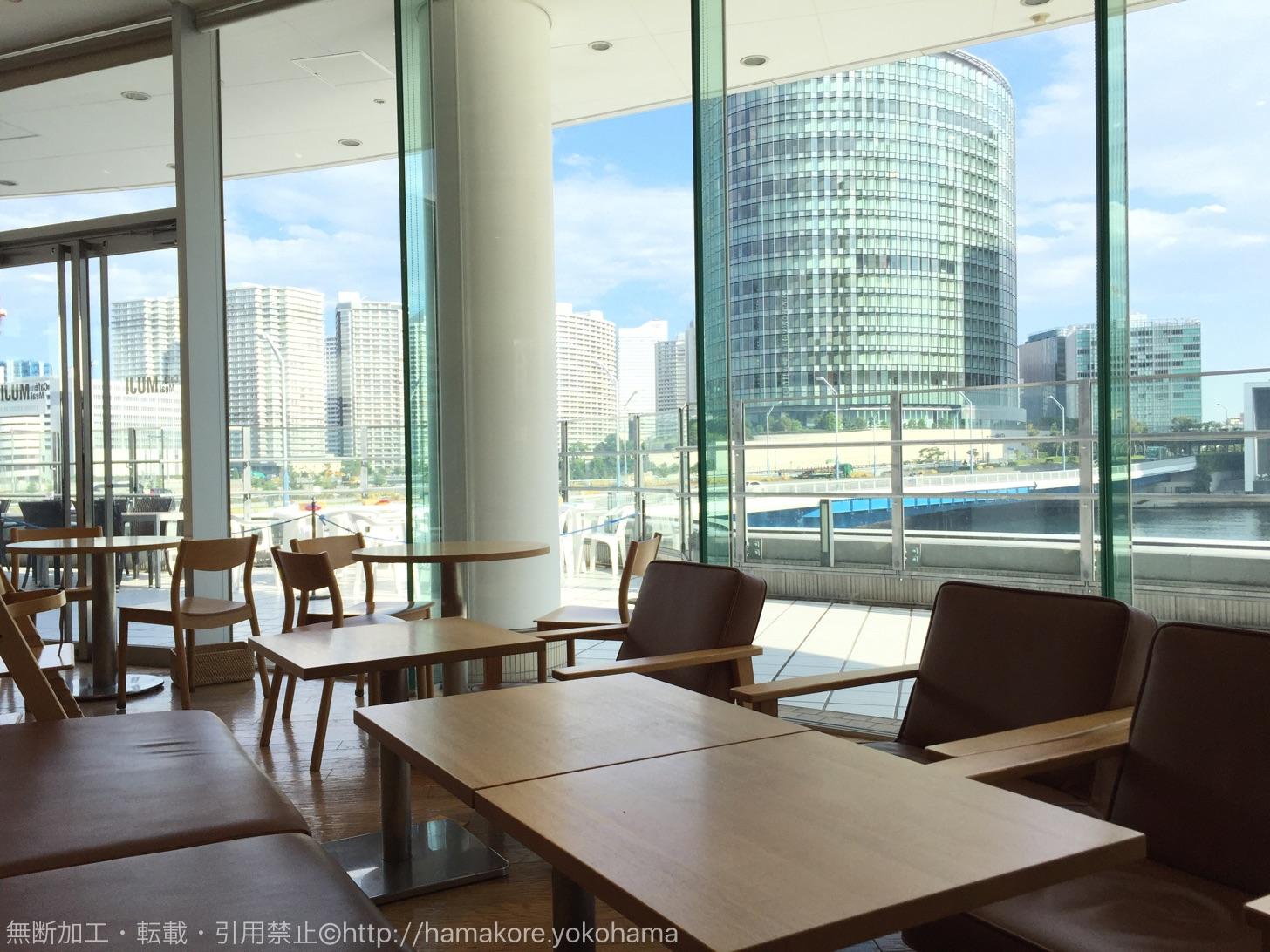MUJIカフェ 横浜ベイクォーター店はみなとみらい一望の絶景!読書や打ち合わせにおすすめ
