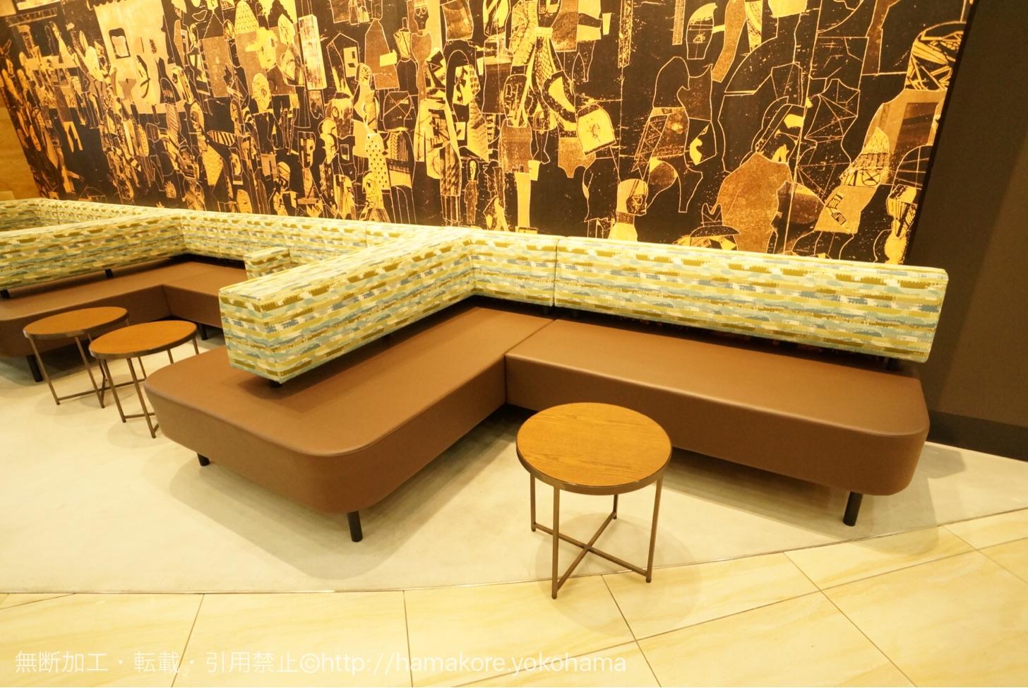 ソファをメインと丸いテーブル席