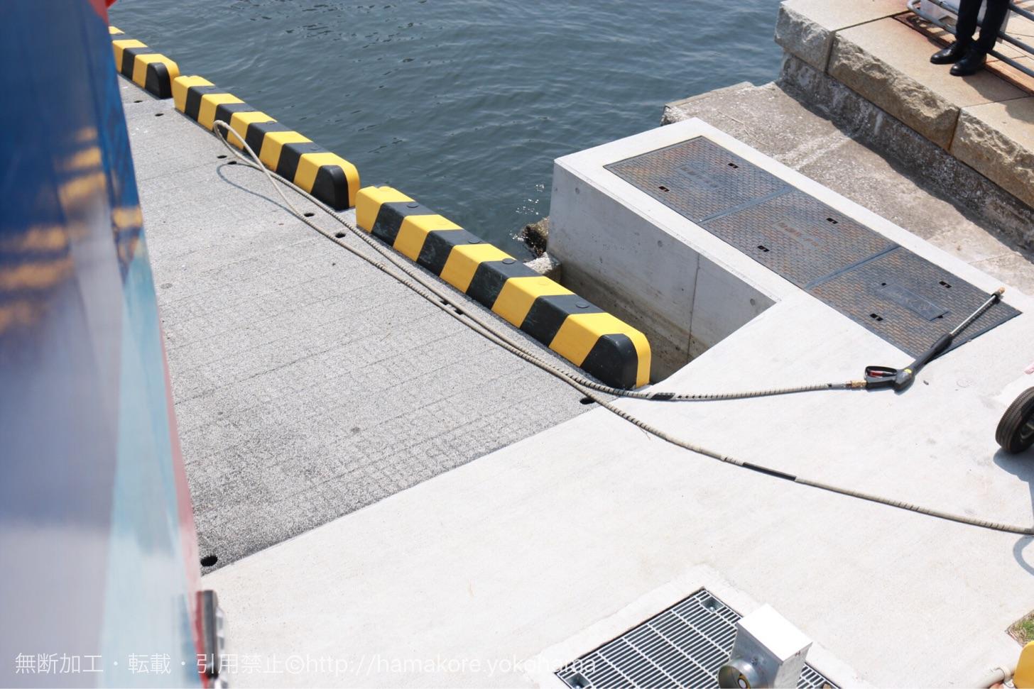 水陸両用バス「スカイダック」とスロープ