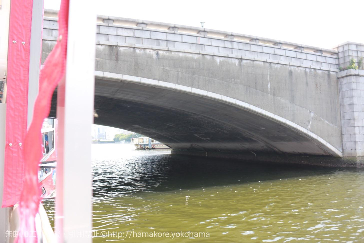 水陸両用バス「スカイダック」 万国橋をくぐる瞬間