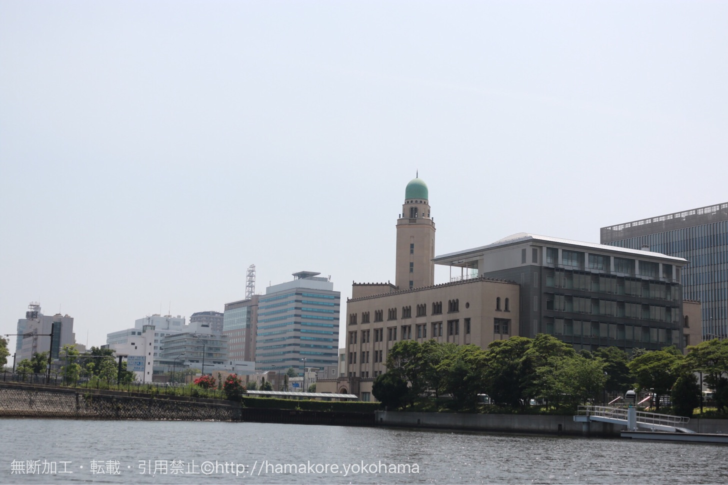 水陸両用バス「スカイダック」 水辺から見た横浜税関(クイーン)