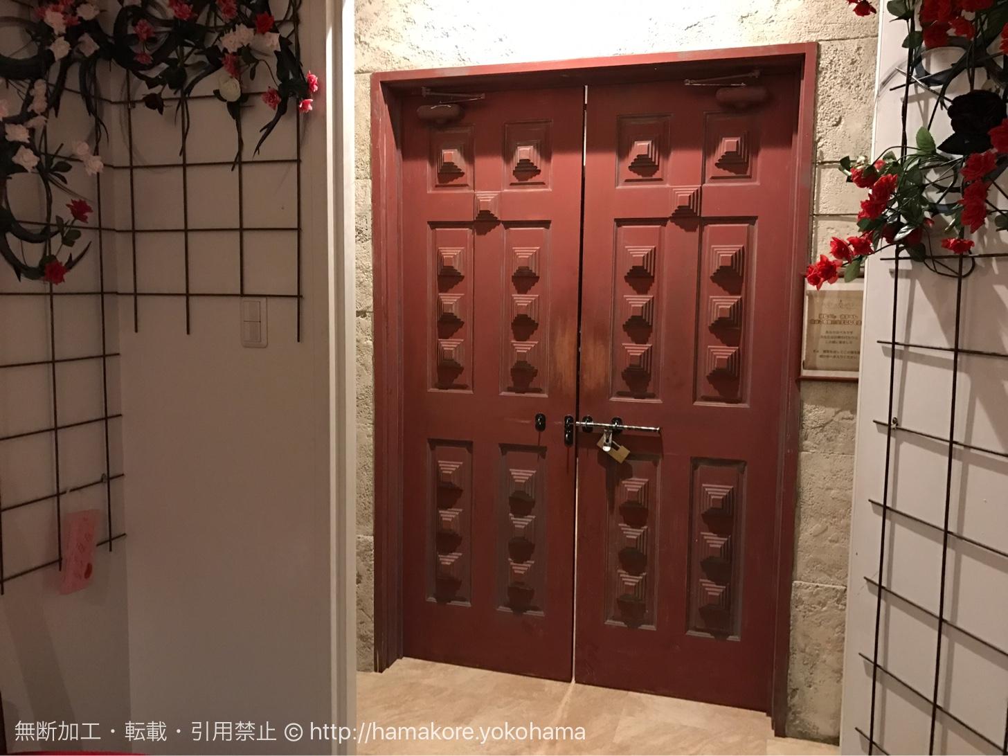 美女と野獣カフェ 入り口前の扉