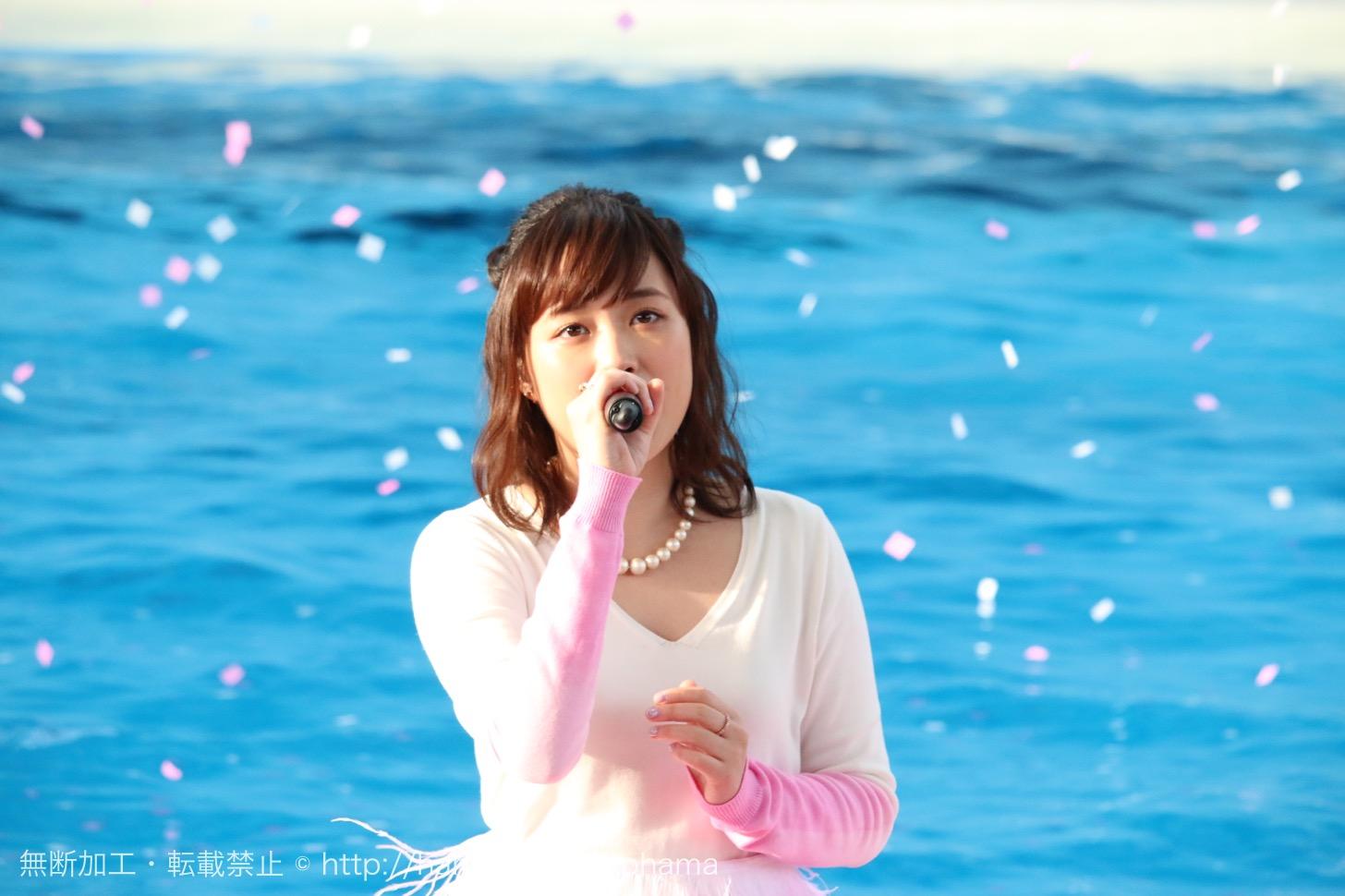 横浜・八景島シーパラダイスで大原櫻子、特別ライブを披露!シロイルカと初共演