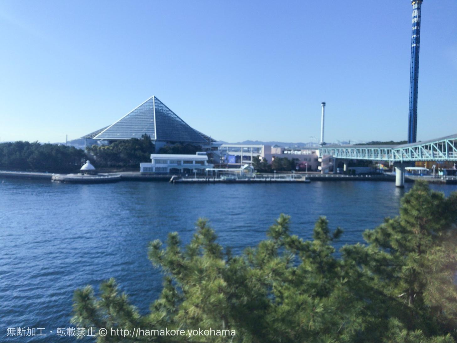 シーサイドラインから見た横浜・八景島シーパラダイス