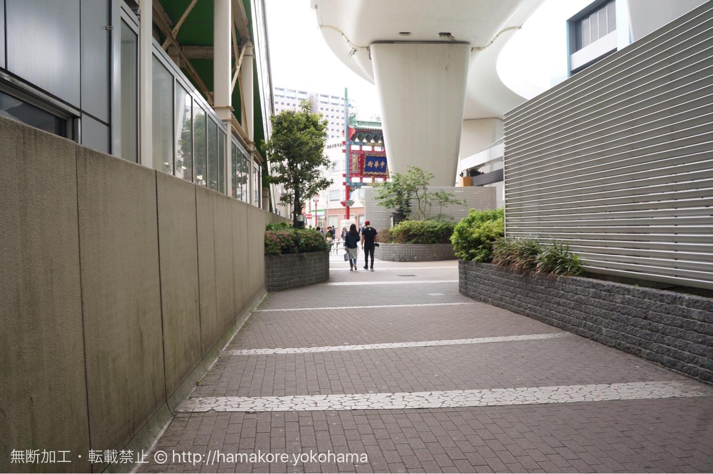 石川町駅前の通り