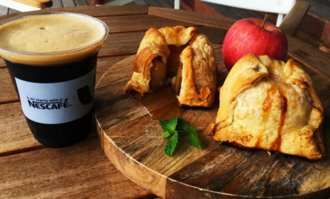 パイホリック、アップルダンプリング(アップルパイ)をアイスクレマコーヒーとセットで数量限定販売!