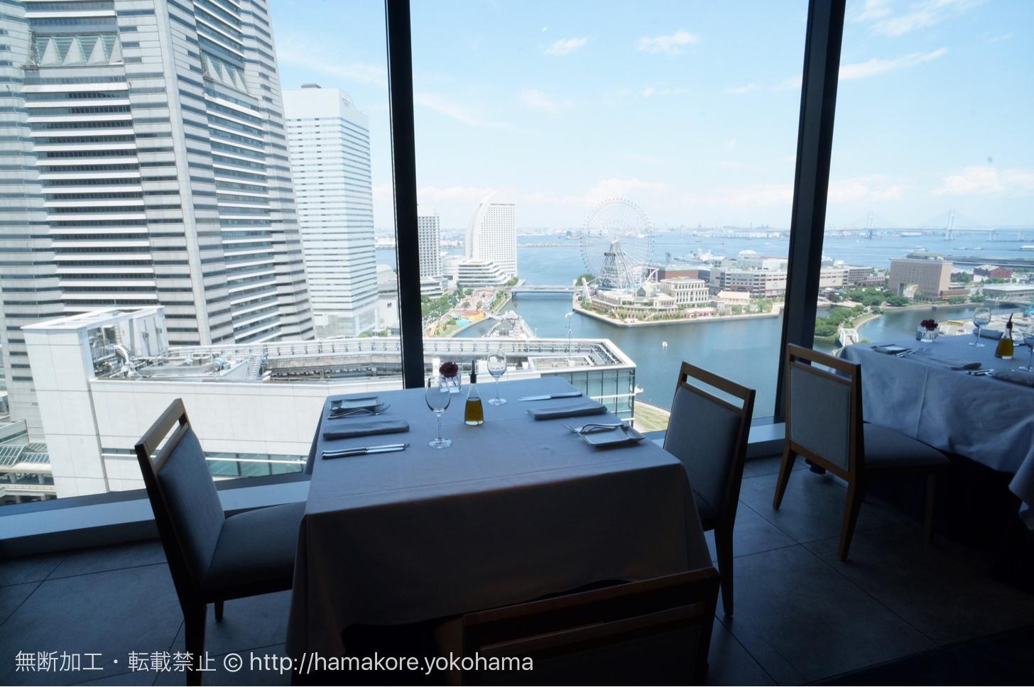 横浜モノリス 窓側の席