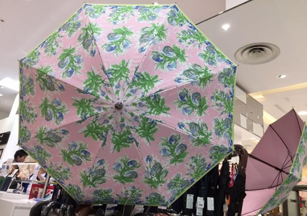 内側の生地もカラフルな傘