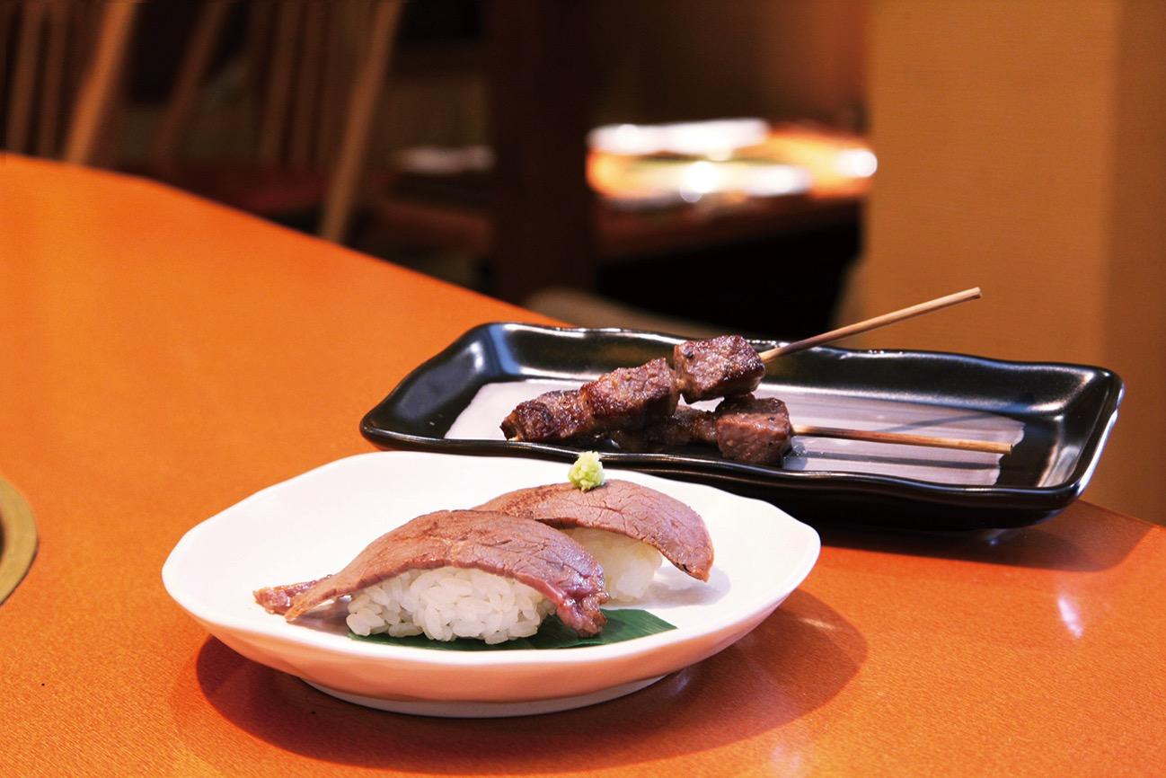飛騨牛食べくらべ牛串(1本) 540円 飛騨牛炙り寿司(2貫)540円