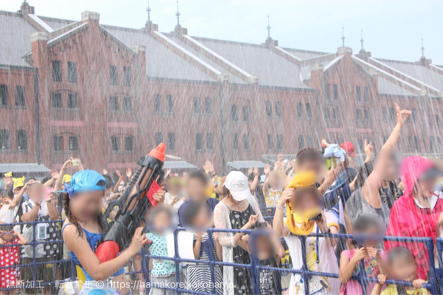 ずぶぬれスプラッシュショー「水のカーニバル」の様子