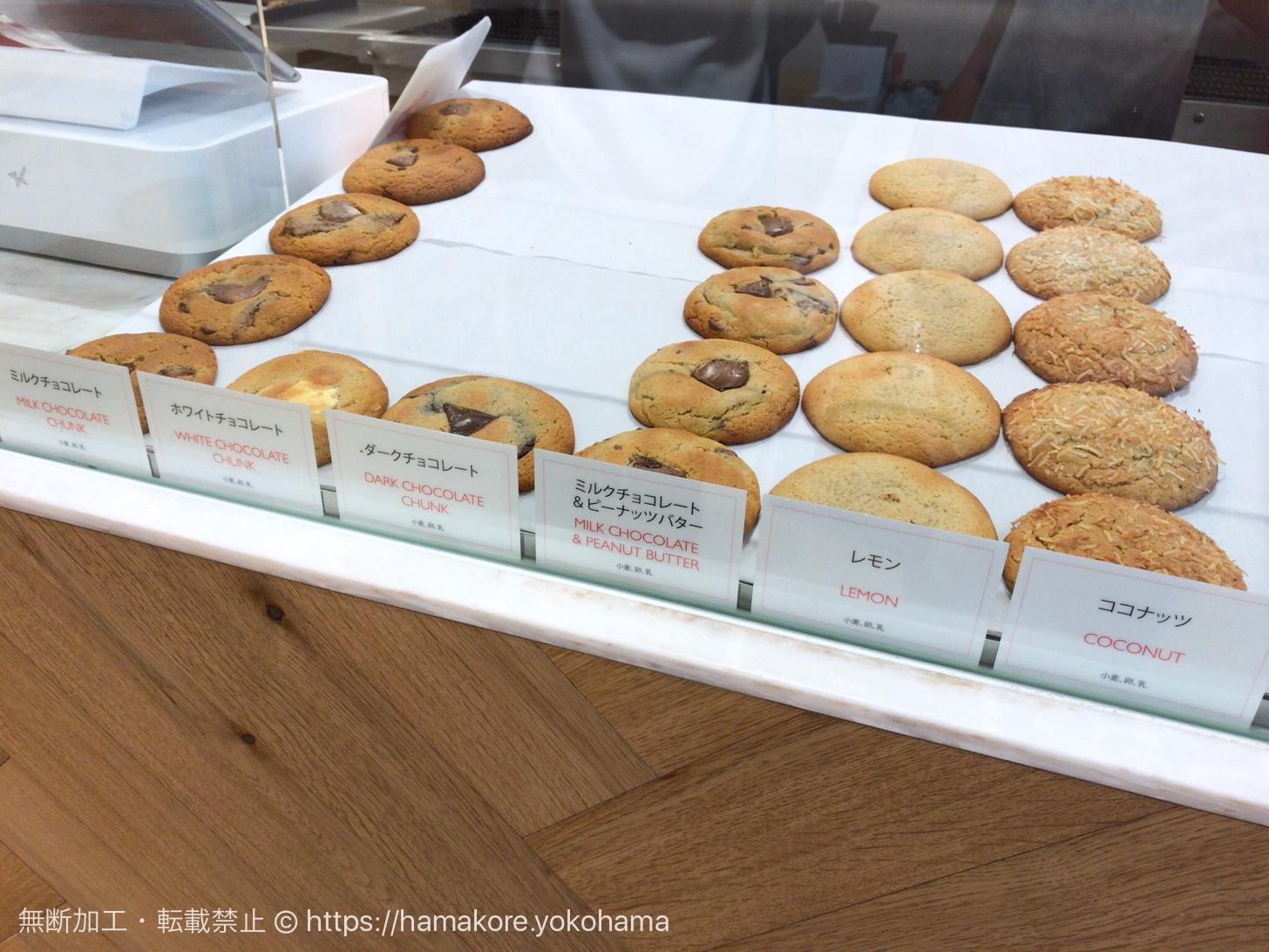 ショーケースに並ぶベンズクッキー