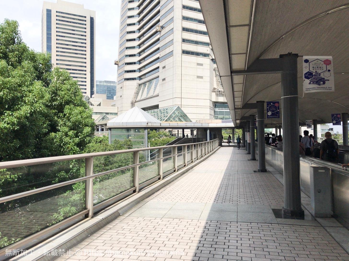 JR桜木町駅からランドマークプラザに向かう動く歩道