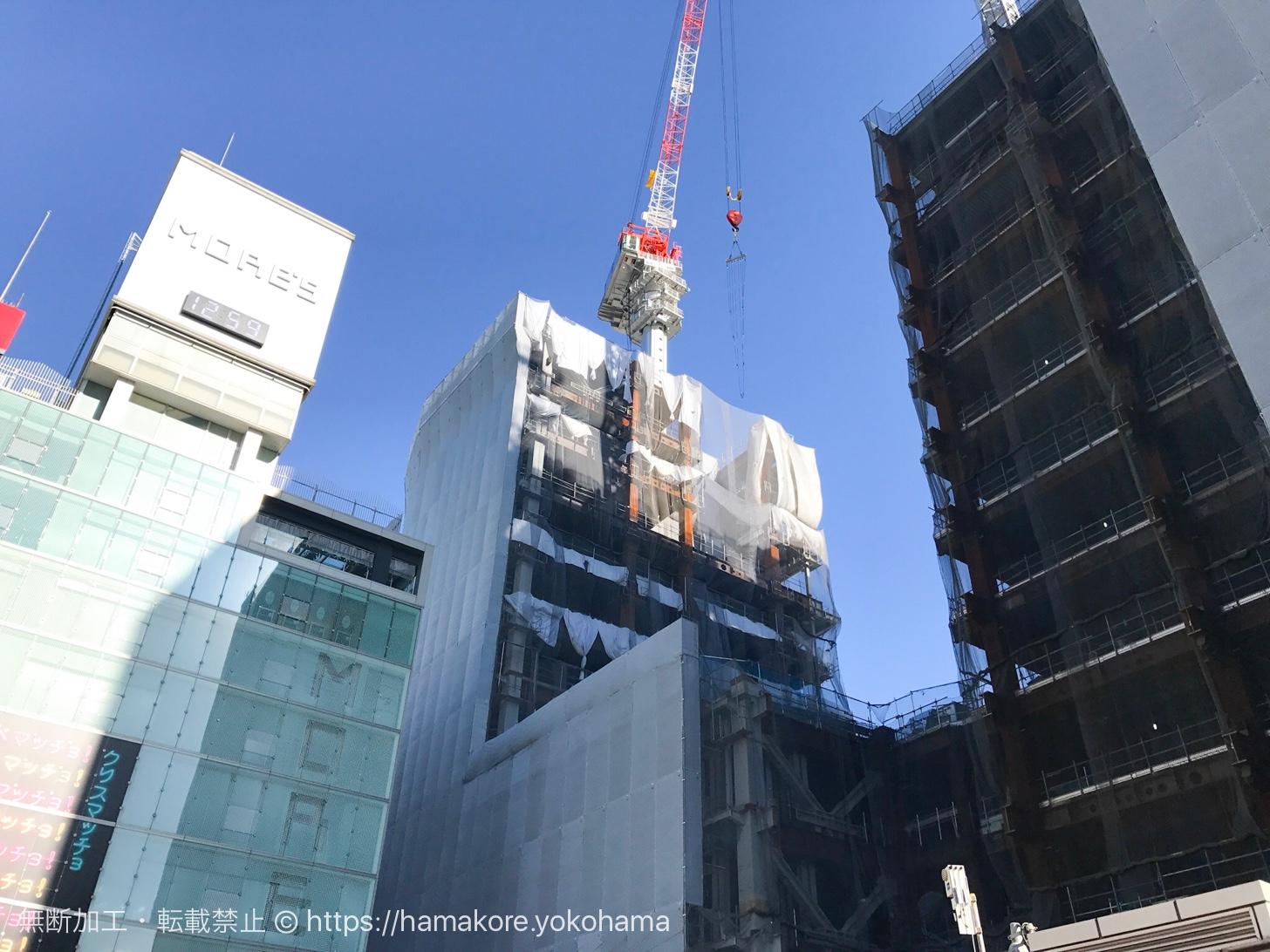 地上から見た横浜駅西口の駅ビル モアーズ側