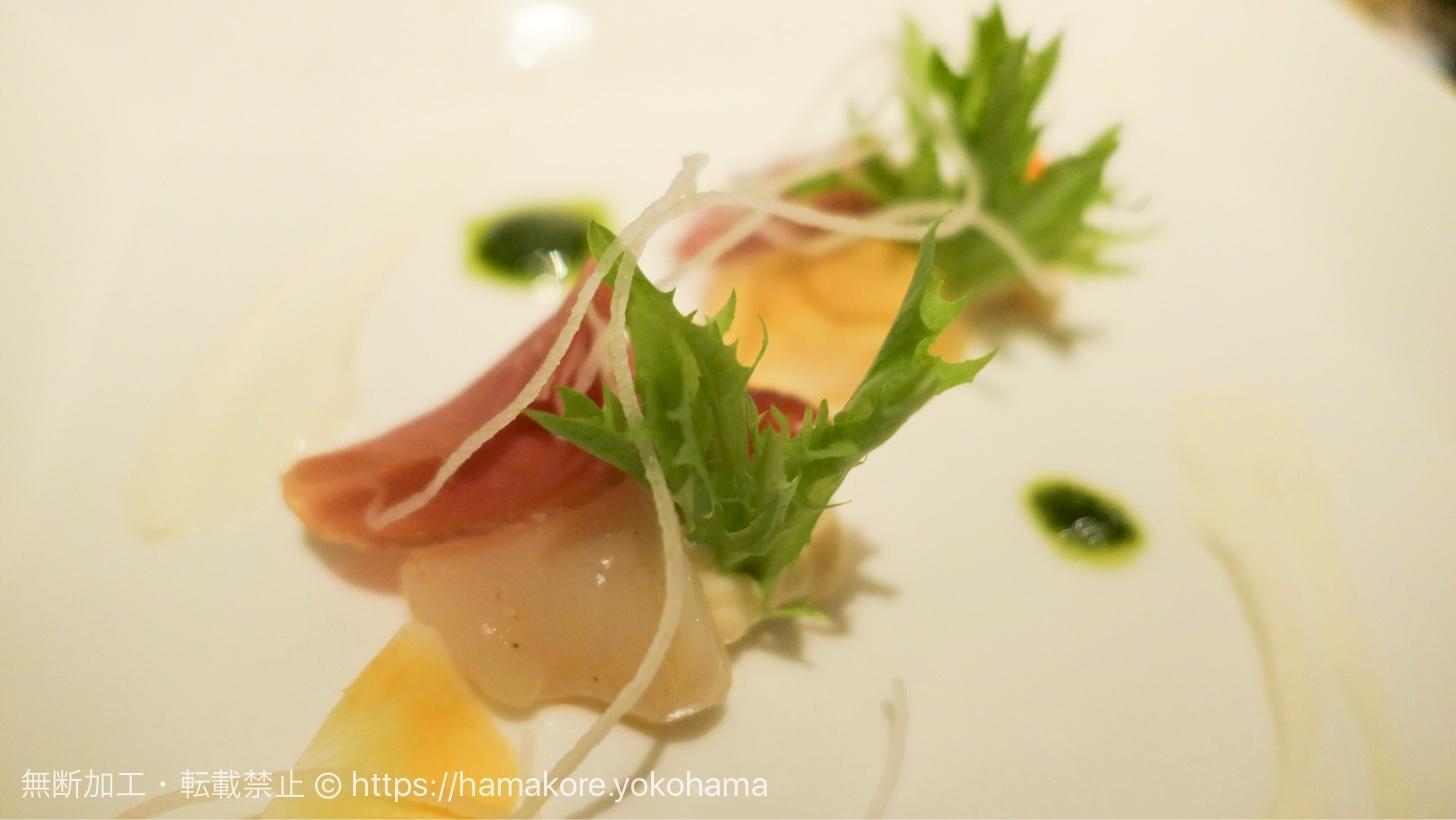 帆立貝と生ハムをホワイトアスパラガスのブランマンジェと共に