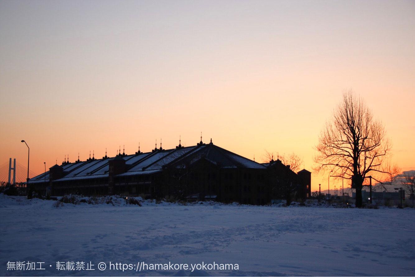 朝焼けと横浜赤レンガ倉庫と雪
