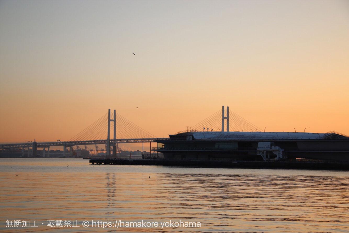 朝日と横浜ベイブリッジ