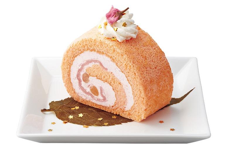 桜と餅の⾦箔ロールケーキ 745円