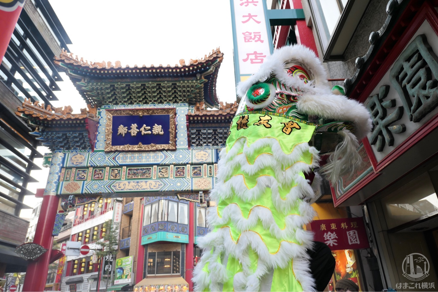 横浜中華街「採青(ツァイチン)」で春節独特な雰囲気に包まれる!爆竹や太鼓音鳴り響く