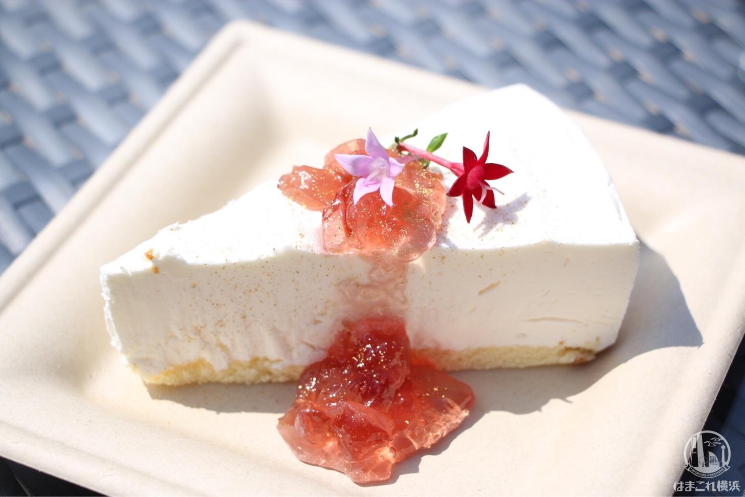 レアチーズの薔薇ジャムソースがけ