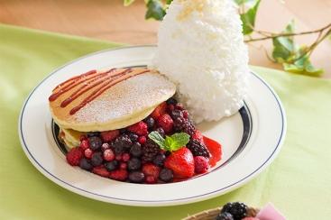 エッグスンシングス GW期間限定パンケーキ「クインタプルベリーパンケーキ」を4月27日より販売開始!