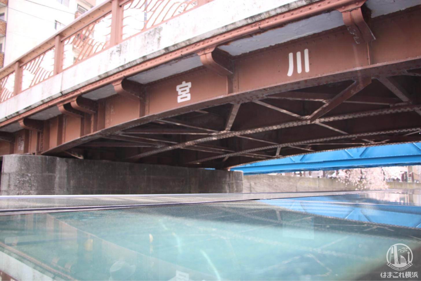 橋をくぐるクルーズ船