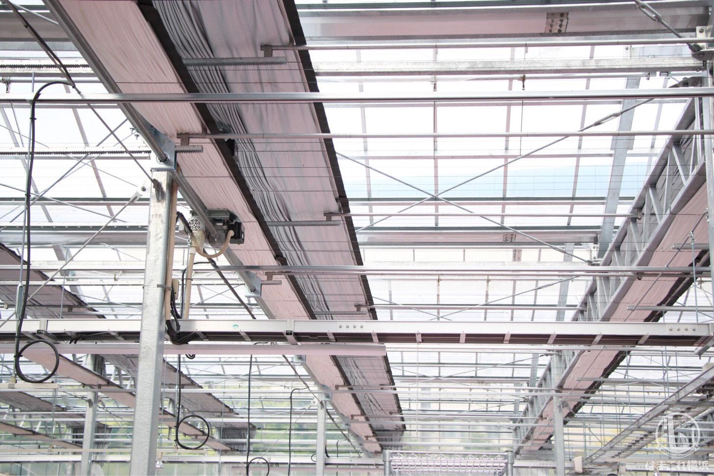 気温湿度に応じて自動で開閉する天井のカーテン