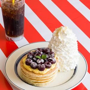 エッグスンシングス 旬のチェリーを使用した「アメリカンチェリーカスタードパンケーキ」を5月14日より販売