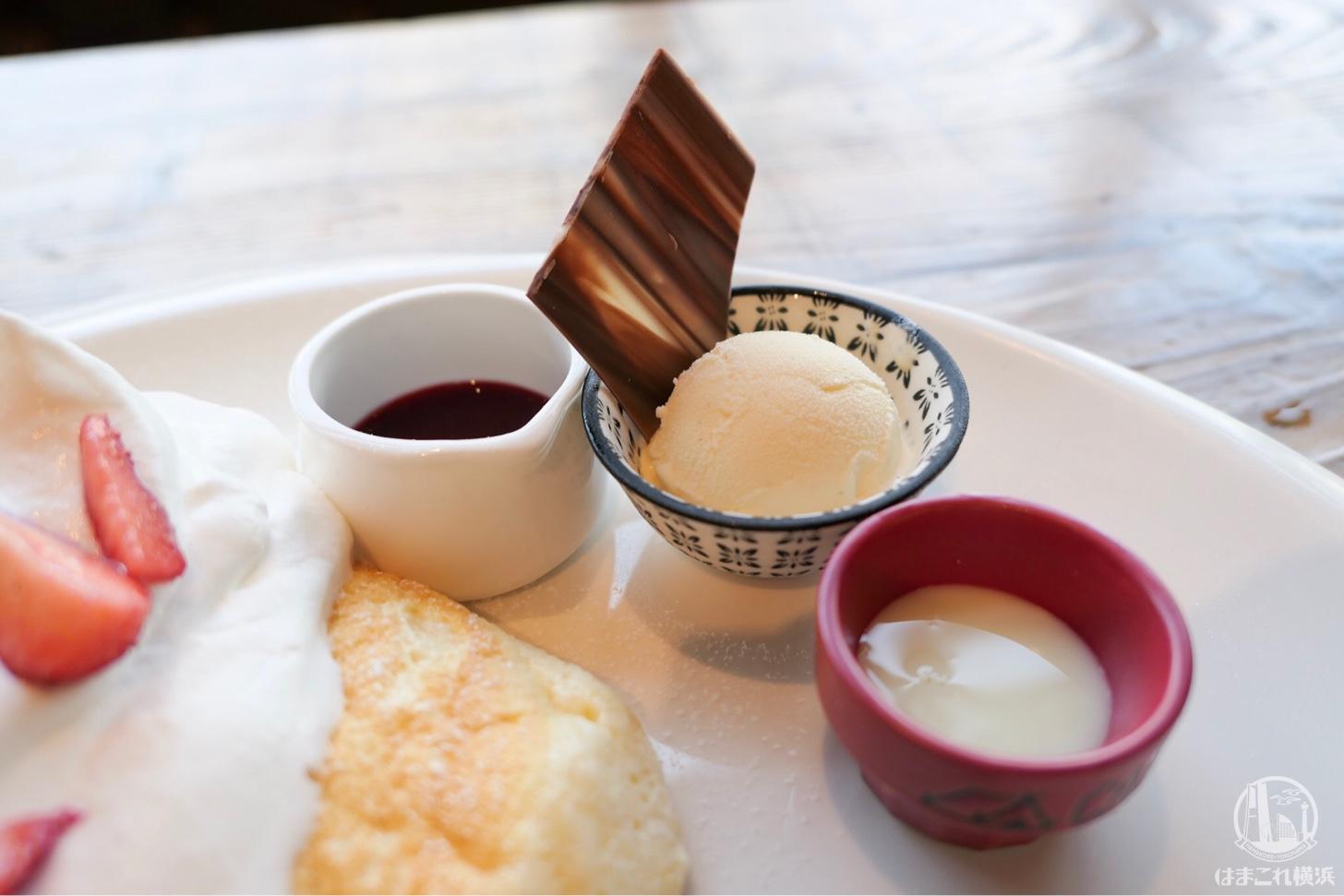 苺ミルクパンケーキ セットのトッピング