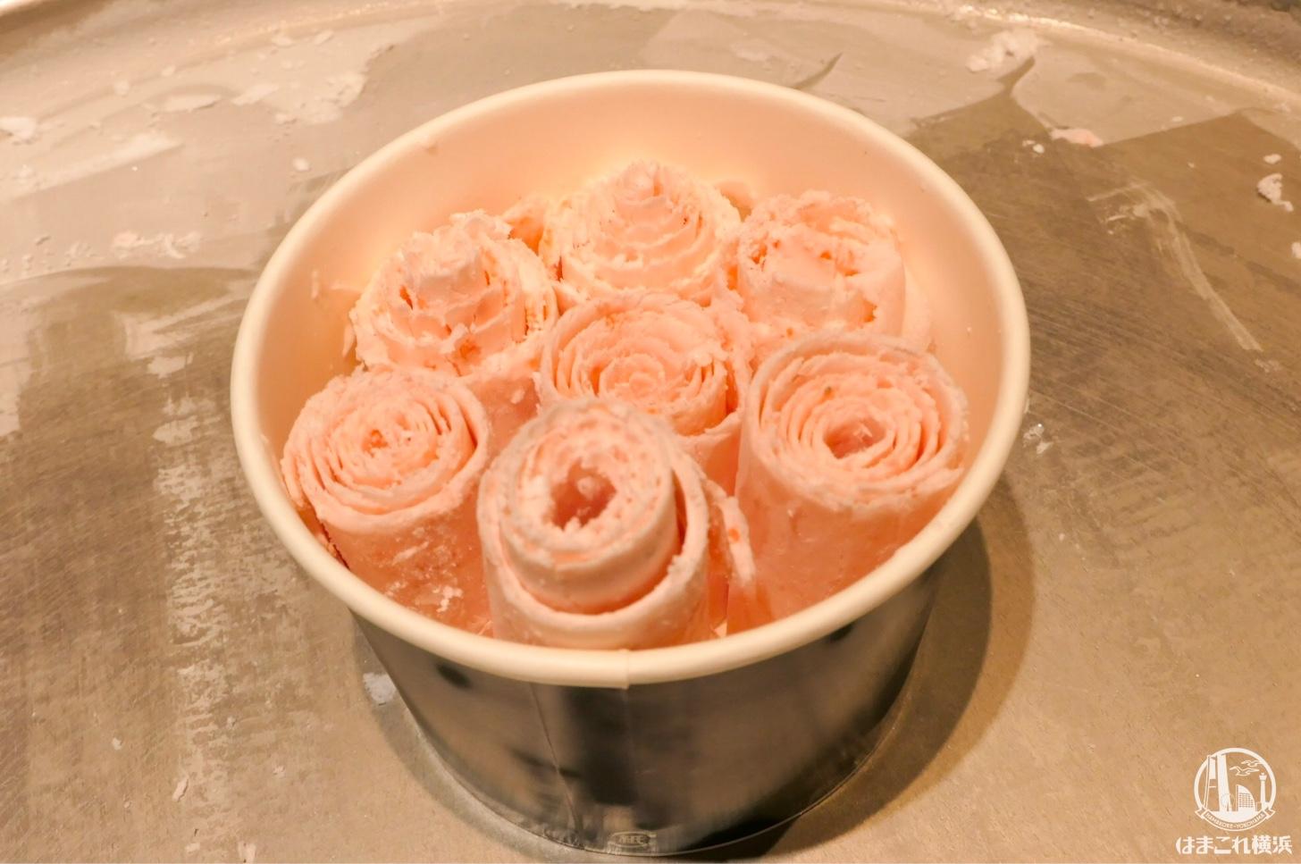 カップの中のロールアイスクリーム