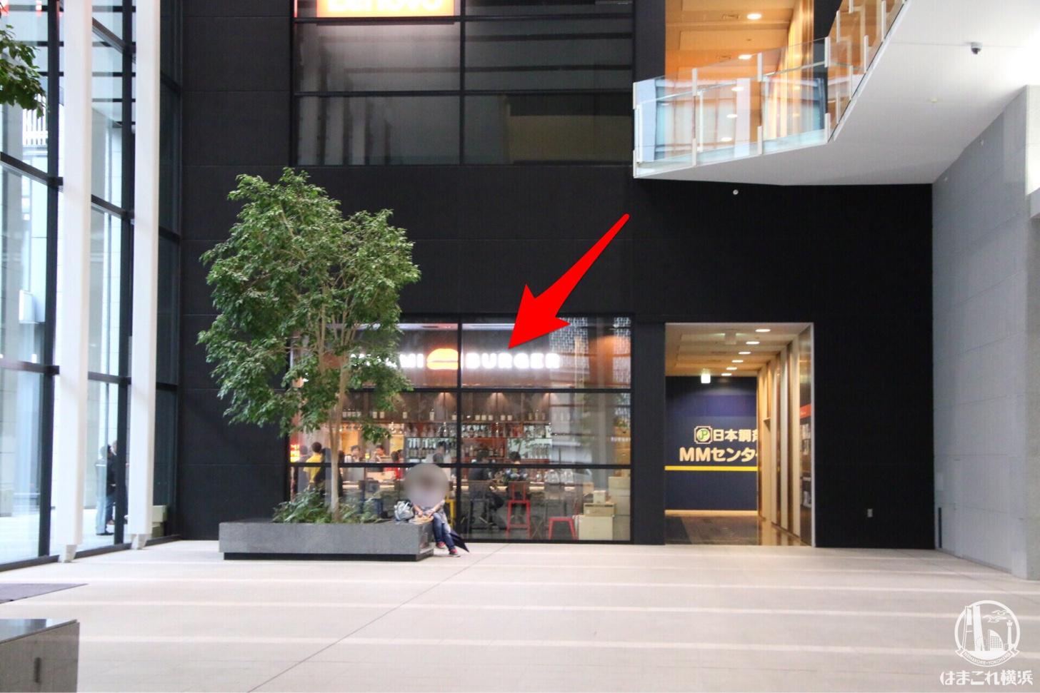 ビル内から見たウマミバーガー みなとみらい店