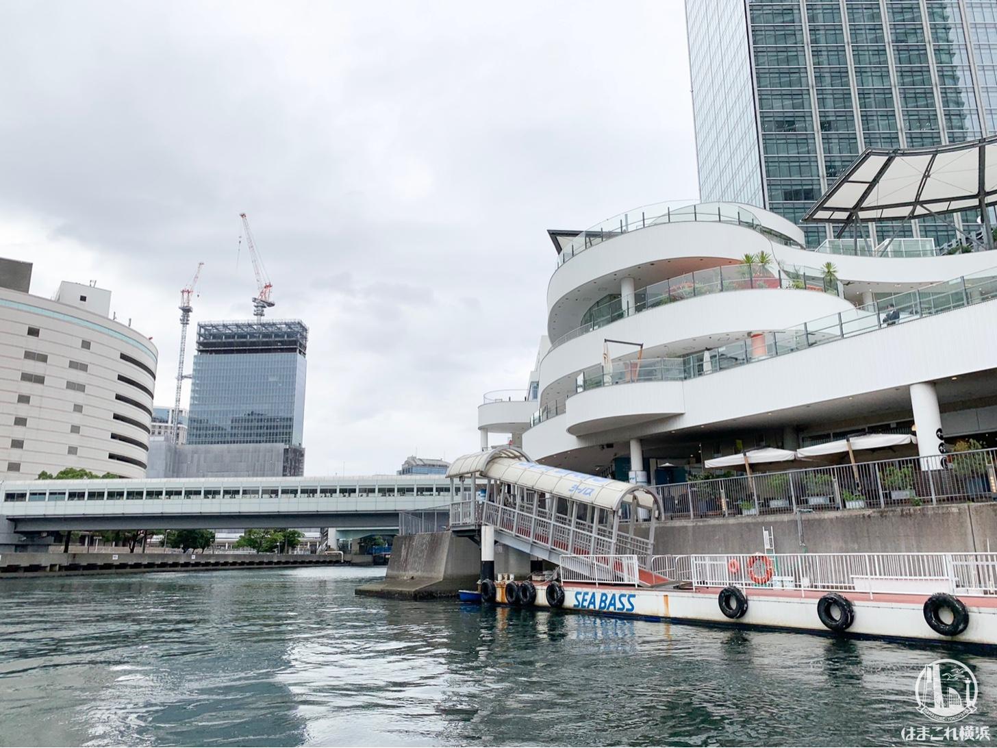 横浜駅東口を出発するシーバス