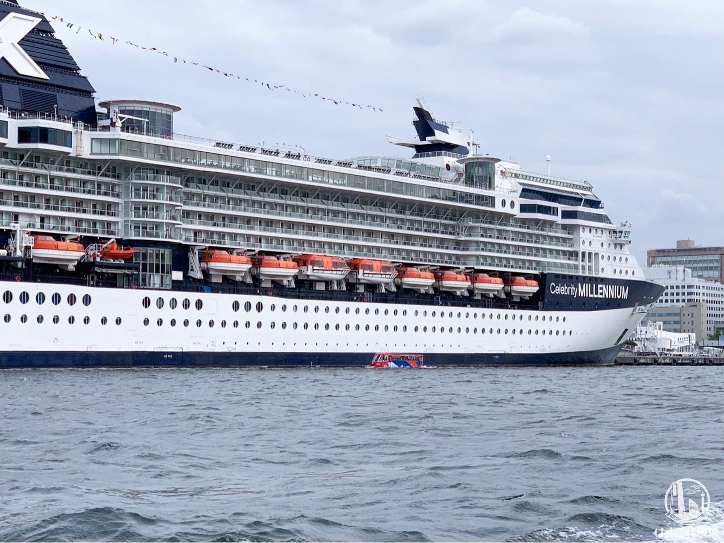 客船と水陸両用バス
