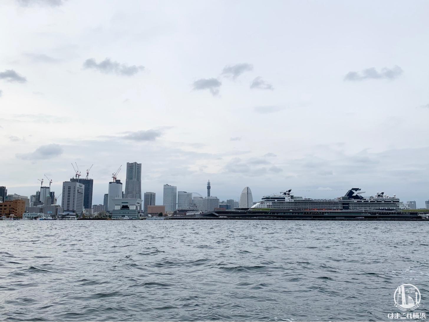 みなとみらいを背景に横浜港大さん橋