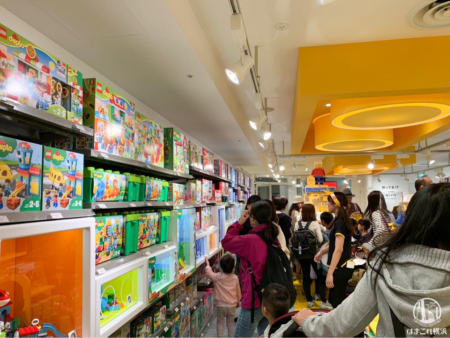 レゴストア 横浜ランドマークプラザ店 店内とレゴブロックのオブジェ