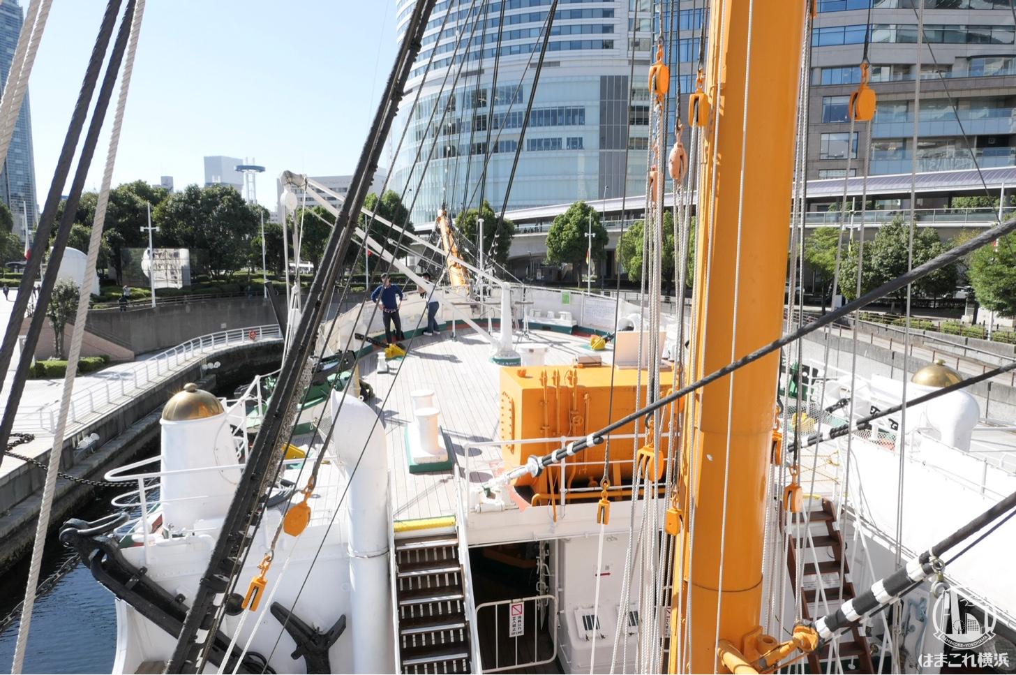 帆船日本丸 前部航海船橋の舵室から見た船首