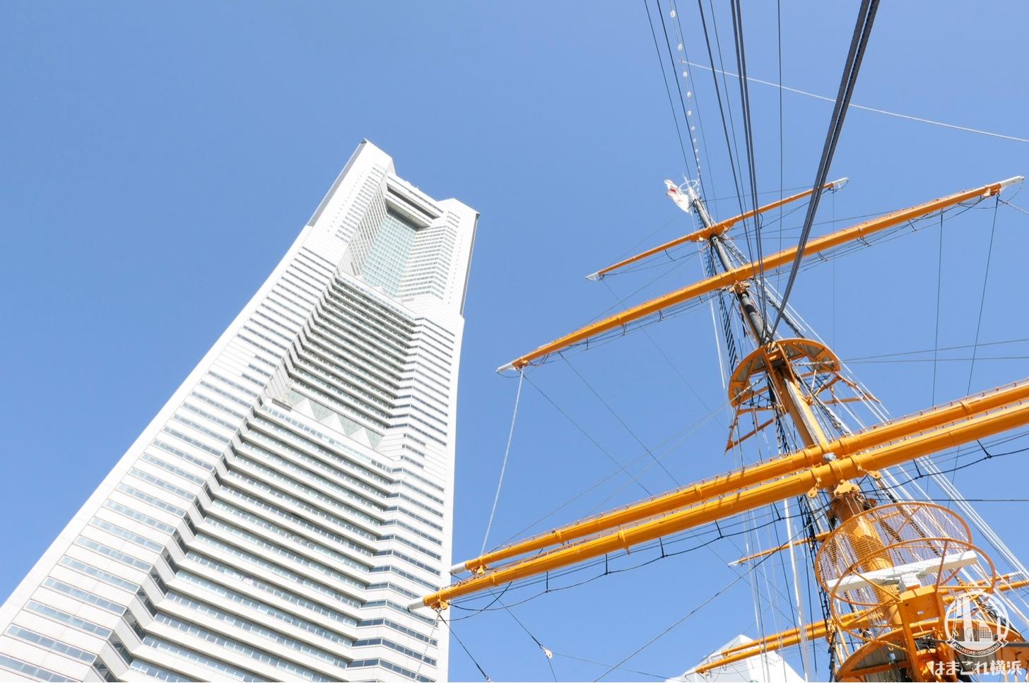 甲板から見上げたマストと横浜ランドマークタワー