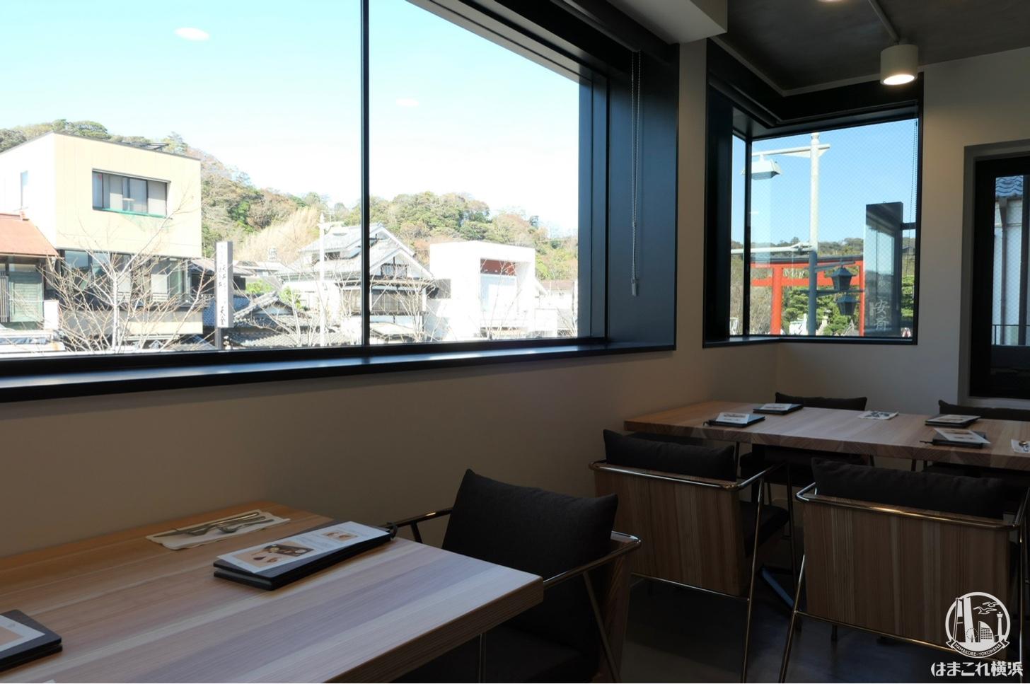 サロン・ド・クルミッ子 窓側の席と青空