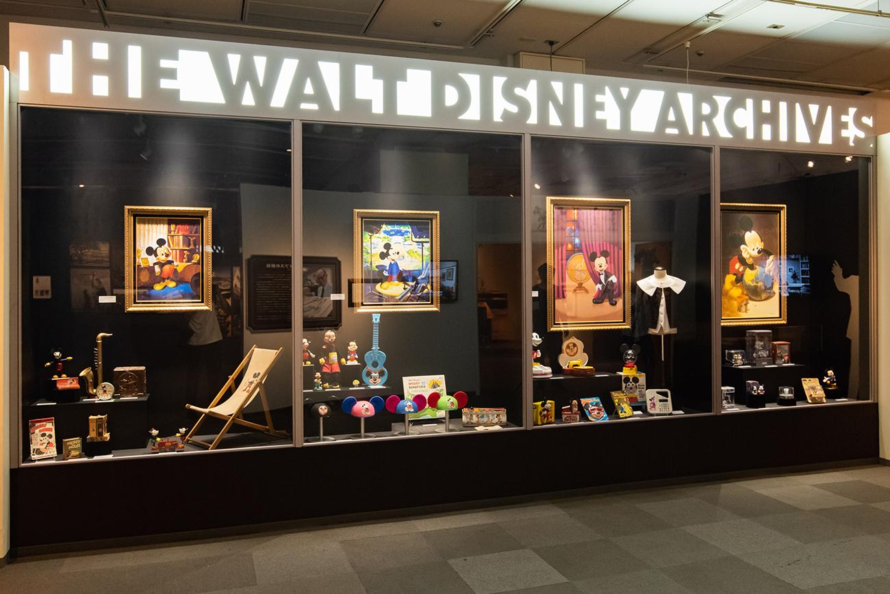 ウォルト・ディズニー・アーカイブスのロビーにある 巨大なショーケースを再現 ©Disney