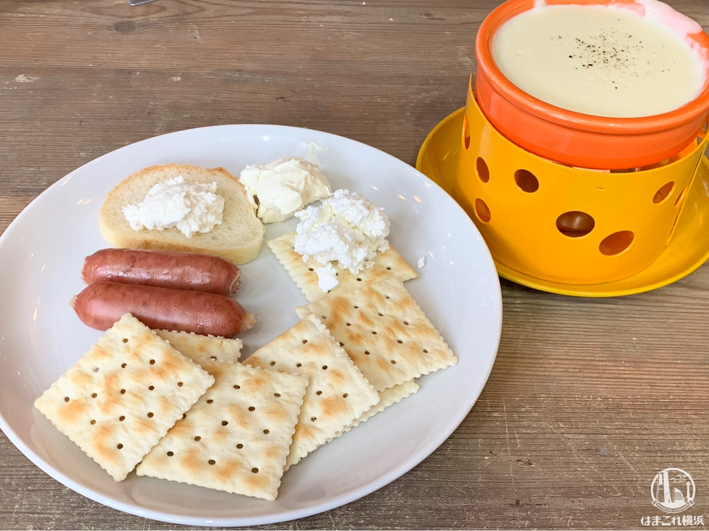 テーブルの上で温めるチーズフォンデュ