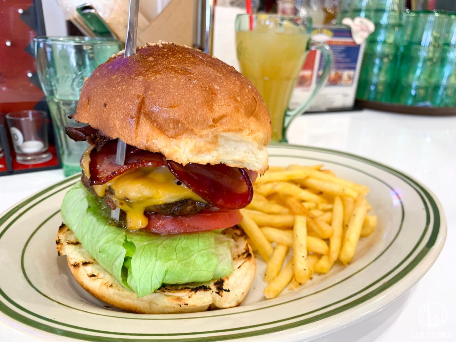 横浜「ペニーズダイナー」で100%ビーフ肉厚ハンバーガー!横浜港大さん橋すぐ