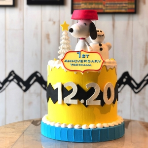 ピーナッツ ダイナー 横浜、1周年記念でスヌーピーのケーキを期間限定で展示