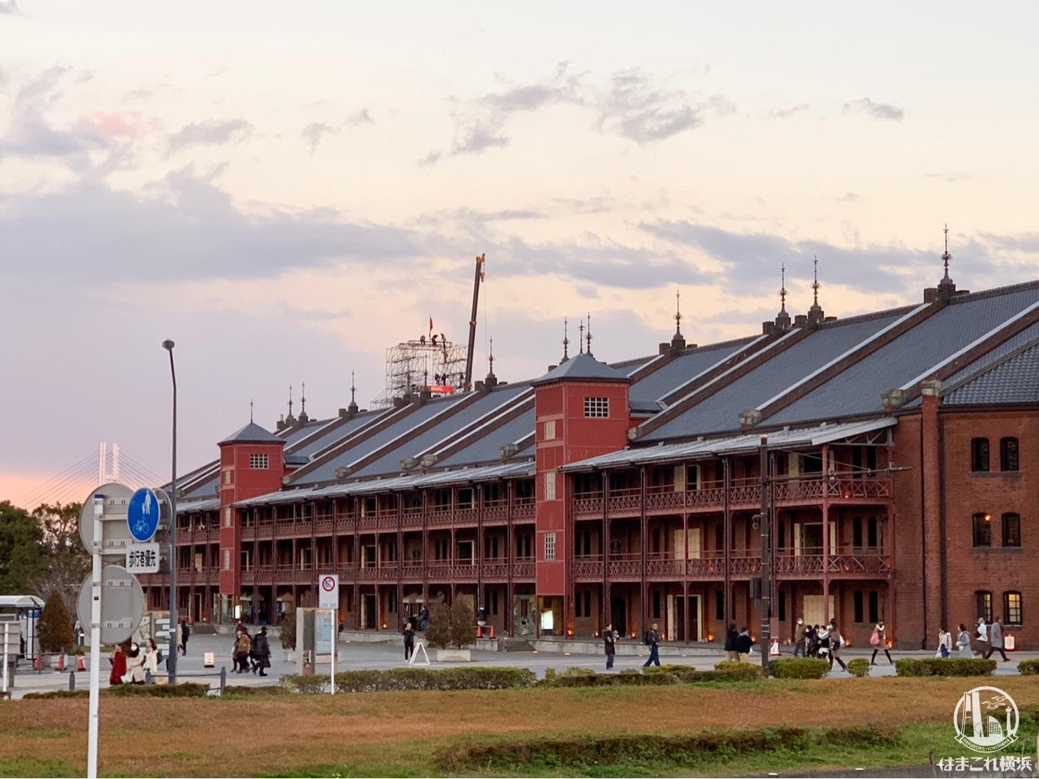 横浜赤レンガ倉庫の屋根から覗くタワー