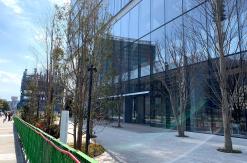 エスパークカフェにテーブルや椅子など、横浜の資生堂新研究所1階