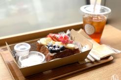 桜木町駅構内「アロハサラダ」の出来立てフレンチトーストは軽食にぴったり!電源席も完備