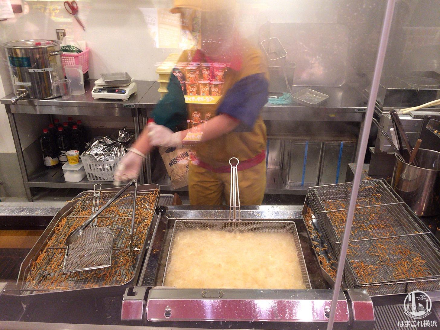麺の揚げ作業